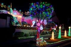 Decoraciones de las luces de la Navidad en la casa suburbana para la caridad Fotografía de archivo libre de regalías