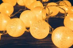 Decoraciones de las luces de la Navidad que ponen en una tabla de madera rústica Concepto de la Navidad o del Año Nuevo Imagen de archivo libre de regalías