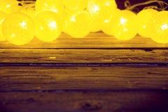 Decoraciones de las luces de la Navidad que ponen en una tabla de madera rústica Concepto de la Navidad o del Año Nuevo Imagen en Foto de archivo libre de regalías