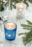 Decoraciones de las velas, de la Navidad y ramas spruce en un t de madera Imagen de archivo libre de regalías