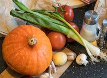 Decoraciones de las verduras del otoño hechas de las calabazas, de las patatas, de las cebollas y de la otra especie Fotografía de archivo