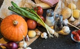 Decoraciones de las verduras del otoño hechas de las calabazas, de las patatas, de las cebollas y de la otra especie Imágenes de archivo libres de regalías