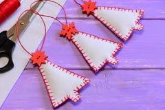 Decoraciones de los árboles de navidad, materiales del arte y herramientas en una tabla de madera púrpura Artes hechos a mano del Imágenes de archivo libres de regalías
