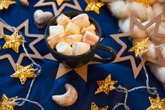 Decoraciones de los ciervos del juguete de la Navidad en la tabla con champán Foto de archivo