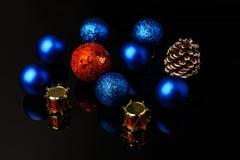 Decoraciones de los días de fiesta del ` s de la Navidad y del Año Nuevo Bolas multicoloras y guirnalda de la Navidad aisladas en Imagen de archivo libre de regalías