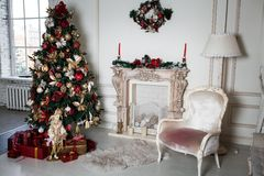 Decoraciones de los días de fiesta de la Navidad del Año Nuevo en ramas de árbol del estudio Fotografía de archivo libre de regalías