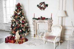 Decoraciones de los días de fiesta de la Navidad del Año Nuevo en ramas de árbol del estudio Fotografía de archivo