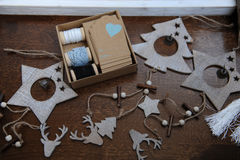 Decoraciones de madera de la Navidad hechas a mano Jefe de un ciervo, de árboles de navidad y de estrellas Caja de Kraft con las  Fotos de archivo