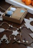 Decoraciones de madera de la Navidad hechas a mano Jefe de un ciervo, de árboles de navidad y de estrellas Caja de Kraft con las  Imagen de archivo