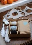 Decoraciones de madera de la Navidad hechas a mano Jefe de un ciervo, de árboles de navidad y de estrellas Mandarinas en una band Imágenes de archivo libres de regalías