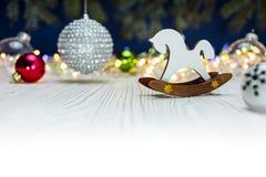 Decoraciones de madera del juguete y de la Navidad del caballo con festivo colorido Fotos de archivo