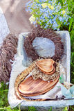 Decoraciones de madera en una comida campestre Foto de archivo libre de regalías