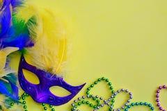 Decoraciones de Mardi Gras en fondo amarillo fotos de archivo libres de regalías