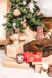 Decoraciones de Navidad con las cajas y las velas del árbol Fotos de archivo libres de regalías