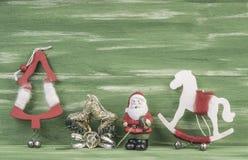 Decoraciones de Noel en fondo verde Fotografía de archivo libre de regalías