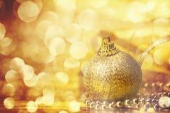 Decoraciones de oro de la bola de la Navidad para el fondo de la celebración Imágenes de archivo libres de regalías