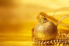 Decoraciones de oro de la bola de la Navidad para el fondo de la celebración Fotos de archivo libres de regalías