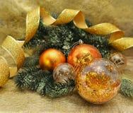 Decoraciones de oro de la Navidad con la conífera Fotografía de archivo