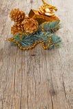 Decoraciones de oro de la Navidad en la ramificación del pino Fotos de archivo