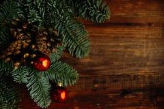 Decoraciones de oro de la Navidad en una caja, primer, vertical Imagenes de archivo