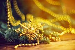 Decoraciones de oro de la Navidad en una caja, primer, vertical Imagen de archivo