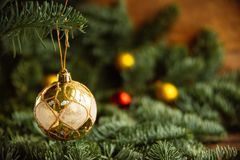 Decoraciones de oro de la Navidad en una caja, primer, vertical Foto de archivo