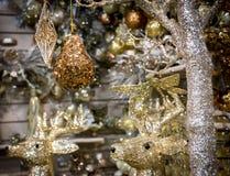 Decoraciones de oro para la Navidad Imagenes de archivo