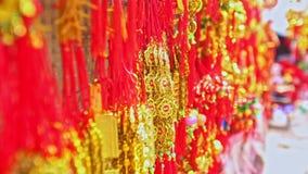 Decoraciones de oro rojas de la visión cercana para TET en mercado en Vietnam metrajes