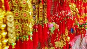 Decoraciones de oro rojas de la visión cercana para TET en mercado en Vietnam almacen de metraje de vídeo