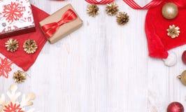 Decoraciones de oro y rojas de la Feliz Navidad y de la Feliz Año Nuevo Imagenes de archivo