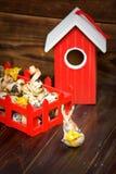 Decoraciones de Pascua Conejito con el huevo contra pájaro-casa roja Imágenes de archivo libres de regalías