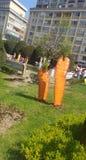 Decoraciones de Pascua en Timisoara Rumania Union Square por los días de fiesta católicos y ortodoxos de Pascua - conejo de con fotos de archivo libres de regalías
