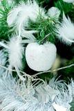 Decoraciones de plata blancas de Cristmas del Año Nuevo en pino verde Imagen de archivo libre de regalías