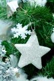 Decoraciones de plata blancas de Cristmas del Año Nuevo en pino verde Foto de archivo libre de regalías