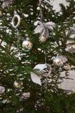 Decoraciones de plata de la Navidad en árbol Imagen de archivo
