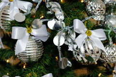 Decoraciones de plata y blancas del árbol de navidad Imagen de archivo