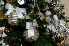 Decoraciones de plata y blancas del árbol de navidad Fotografía de archivo