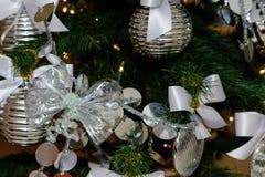 Decoraciones de plata y blancas del árbol de navidad Foto de archivo