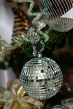 Decoraciones de plata y blancas del árbol de navidad Fotografía de archivo libre de regalías