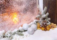Decoraciones de una ventana de la Navidad Foto de archivo