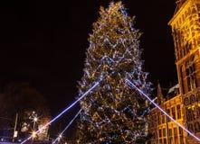Decoraciones decorativas de la Navidad en las calles de la noche Amsterdam Foto de archivo