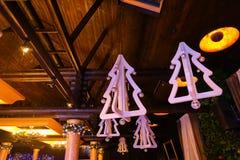 Decoraciones del árbol de abeto blanco para la Navidad en techo Imagen de archivo