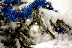 Decoraciones del árbol de navidad - bola de plata y malla azul Fotografía de archivo