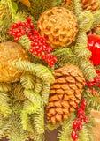 Decoraciones del árbol de navidad - bolas y conos imagen de archivo