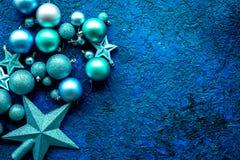 Decoraciones del árbol de navidad con las bolas y juguetes de las estrellas en el espacio azul de la opinión superior del fondo p Foto de archivo