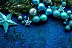 Decoraciones del árbol de navidad con las bolas y juguetes de las estrellas en el espacio azul de la opinión superior del fondo p Imagen de archivo libre de regalías