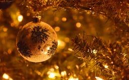 Decoraciones del árbol de navidad con resplandor de oro foto de archivo libre de regalías