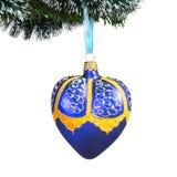Decoraciones del árbol de navidad - corazón azul Aislado en el fondo blanco Fotos de archivo