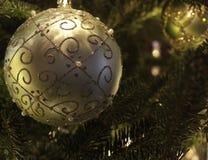 Decoraciones del árbol de navidad en árbol Foto de archivo libre de regalías