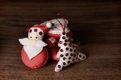 Decoraciones del árbol de navidad en fondo de madera Imágenes de archivo libres de regalías